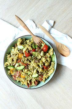 Pasta salade met een Italiaans tintje door onder andere de pesto, olijven en de hoeveelheid tomaatjes. Heerlijk voor de warmere dagen en makkelijk vooraf te maken doordat deze koud gegeten wordt.