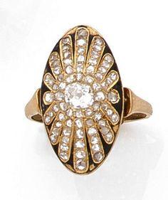 ANNEES 1920 BAGUE MARQUISE à décor rayonnant orné de diamants taille brillant (TA) et taillé