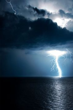 I think lightning is an awesome force of nature. Love a good lightning storm. All Nature, Science And Nature, Amazing Nature, Life Science, Beautiful Sky, Beautiful World, Mother Earth, Mother Nature, Images Aléatoires
