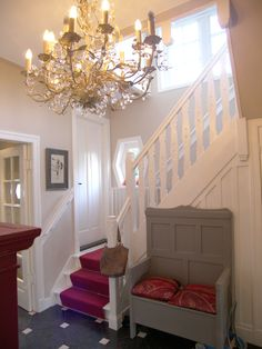 Hal 1910 kerkbank kroon luchter design SV Chill Room, Stairs, Chandelier, Ceiling Lights, Design, Home Decor, Ladders, Homemade Home Decor, Ladder