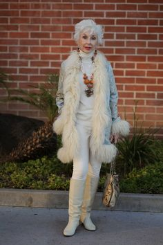 13 Old Ladies That Are More Stylish Than You Because Iris Apfel is the just the tip of the geriatric-chic iceberg. Beautiful Old Woman, Advanced Style, Advanced Beauty, Ageless Beauty, Aging Gracefully, Fashion Over 50, Old Women, Old Ladies, Divas
