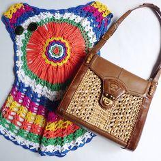 Blusa colorida de crochê tam P/M e Bolsa feita à mão de couro, palha natural e detalhes em bambu Adriana Ambrosi. (em Frou Frou Brechó)