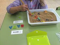 buscar a la sorra i confegir paraules Name Activities, Alphabet Activities, Sensory Activities, Educational Activities, Activities For Kids, Montessori Preschool, Preschool Curriculum, Kindergarten, Spelling And Grammar