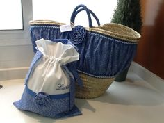 Capazos con banda vaquera?                                                                                                                                                                                 Más Fabric Bags, Fabric Scraps, Jeans Store, Basket Liners, Denim Ideas, Craft Bags, Handmade Handbags, Denim Bag, Straw Bag