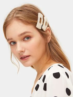 To find out about the Faux Pearl Decor Square Hair Snap Clip at SHEIN, part of our latest Hair Accessories ready to shop online today! Bridal Hair Accessories, Women Accessories, Romwe, Color Fantasia, Great Gatsby Fashion, Gatsby Style, Pearl Hair, Latest Hairstyles, Look Chic