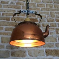 DIY Upcycled Old Kettle Pendelleuchte von Uniquelightingco. Mehr ID … - Diy Decorations Rustic Lighting, Kitchen Lighting, Diy Lampe, Gas Lanterns, Backyard Shade, Flower Pot Crafts, Wall Lights, Ceiling Lights, Cottage Interiors