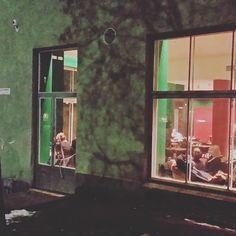 #vaasankatuNEWS Iltalenkillä bongattiin Vihreä Holvi. Se on tossa naapurissa viikko sitten avannut ravinteli. Tuosta oikealla, ihan vähän mäkeä ylös, istuksivat höyryävät miehet pyyhkeet lanteillaan, koska #kotiharjunsauna, ja tuossa vasemmalla Harjutori. Olet kartalla! 🍻🍷🍪🍔🍝🍞🍸🍹🍲 #kallio #helsinki2016 #eathelsinki #vihreäholvi #bistro #ravintola