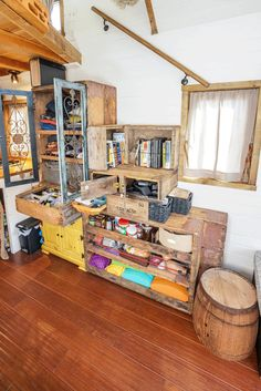 Reclaimed Crate Staircase for Tiny House Interior Design Tiny House Design Crate design House Interior reclaimed Staircase Tiny Cheap Tiny House, Tiny House Big Living, Tiny House Stairs, Small Tiny House, Tiny House On Wheels, Small Living, Tiny House Company, Tiny House Blog, Tiny House Design