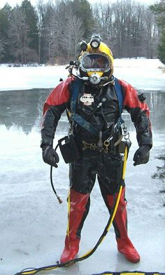 Military and commercial divers in their helmets, gear, and suits Scuba Diving Gear, Diving Suit, Cool Stuff, Underwater Welding, Marine Archaeology, Sexy Military Men, Technical Diving, Deep Sea Diver, Underwater Images