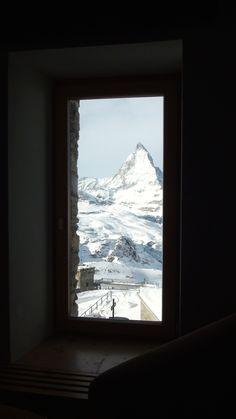Matterhorn, a mais emblemática montanha dos alpes suíços, vista do hotel Kulm, em Zermatt. Suíça, jan. 2015.