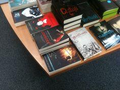 Op tafel bij Boekhandel Laan in Castricum. Superleuke winkel. En kijk eens naar het gezelschap van de bundel!