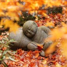 Little resting Buddha in Kyoto, Japan. Japanese Culture, Japanese Art, Japanese Geisha, Japanese Kimono, Art Sculpture, Garden Sculptures, Little Buddha, Art Asiatique, Turning Japanese