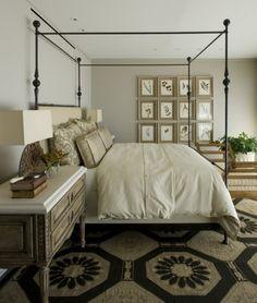 Dormitor contemporan cu pat din fier forjat cu baldachin si mobilier in nuante neutre