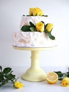 Kaksikerroksinen Sitruuna-Mustikkakakku on kesäkakku, jonka sisältä löytyy sitruunamousse ja mustikoita. Kakku on kuorrutettu ihanalla pehmeällä marengilla. Delicious Cake Recipes, Yummy Cakes, Cake Fillings, Easy Baking Recipes, Frosting Recipes, No Bake Cake, Eat Cake, Cake Decorating, Sweets