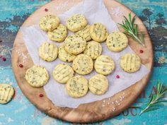 Biscuits sind kleine Gebäckstücke, die sehr an Brötchen erinnern. Da sie so klein sind, gehen sie aber auch wunderbar als Plätzchen durch - herzhafte Plätzchen. Das Rezept finden Sie hier.