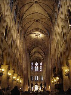gotycka katedra Notre-Dame w Paryżu wnętrze. sklepienie 6-dzielne + empora.
