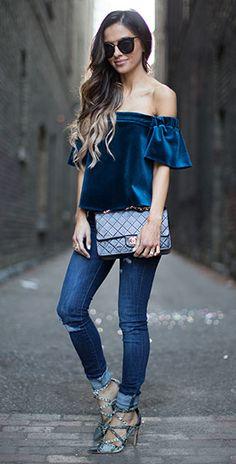 เสื้อเปิดไหล่สีน้ำเงิน Topshop, กางเกงยีนส์ Zara, รองเท้าส้นสูงลายงู Zara, กระเป๋า Chanel