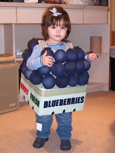There has never been a cuter basket of berries. This Blueberry Toddler Halloween costume is creative! Fruit Halloween Costumes, Halloween Costume Contest, Halloween 2014, Halloween Party, Costume Ideas, Diy Fruit Costume, Clever Costumes, Halloween Magic, Halloween Ideas