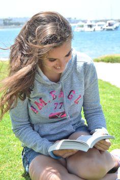 7 de agosto de 2014. Lisa leyendo en uno de los parques de las playas de San Diego. http://wp.me/P2yR3G-LF #Gentequelee #TraducArte