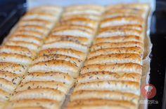 Fotorecept: Slané tyčinky z lístkového cesta Hot Dog Buns, Hot Dogs, Food And Drink, Pie, Bread, Baking, Desserts, Presne Tak, Hampers
