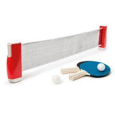 Les enfants installent le filet sur n'importe quelle table en clipsant les deux embouts au bord de la table. Cela ne prend que quelques secondes. Après la partie, le rangement est un jeu d'enfant. C'est pratique, on peut l'emporter n'importe où !
