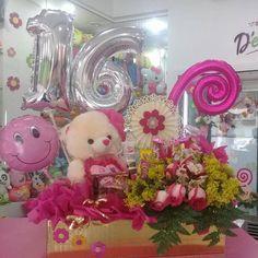 Un obsequio muy especial de cumpleaños @dencantos #CreacionesDencantos #Dencantos #Floristeria #Ta - dencantos Balloon Bouquet, Table Decorations, Party, Gifts, Bread Holder, Honey, Craft, Gift Baskets, Birthday Gifts