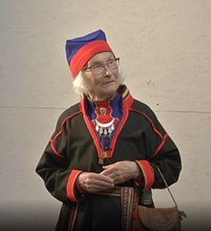 Eugenia Skårpa med Gällivarekolt med lissto. Eugenia Skårpa in Gällivare Saami kirtle. Foto: Sveriges Radio Sameradion
