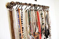 Que jeito legal de organizar os colares!!!