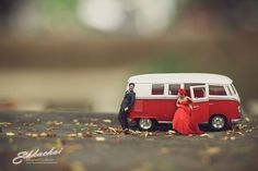 Unique Wedding Photography Poses Turns Couples Into Miniature People. These photo shots will surely blow your mind away. Funny Wedding Photography, Couple Photography Poses, Toys Photography, Photography Business, Creative Photography, Photography Ideas, Miniature Calendar, Miniature Photography, Fotografia Macro