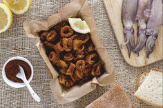 Gli anelli di calamari al forno sono un secondo piatto di pesce a base di anelli di calamari ricoperti da una panatura aromatizzata alla paprika.