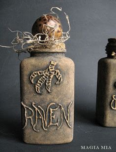 Oh the possibilities Kris! One for every season. Magia Mia: It's Glue Gun & Plastic Time Again . Diy Halloween Apothecary Jars, Halloween Potion Bottles, Apothecary Bottles, Altered Bottles, Holidays Halloween, Halloween Crafts, Halloween Ideas, Fall Crafts, Happy Halloween