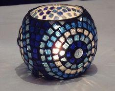 fanales-de-vidrio-tecnica-mosaiquismo-fanales Mosaic Bottles, Mosaic Pots, Mosaic Garden, Mosaic Glass, Painting Glass Jars, Bottle Painting, Bottle Art, Glass Art, Mason Jar Candle Holders