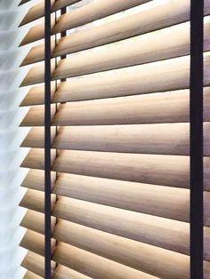 houten jaloezieen met zwarte ladderband. Eenvoudig bestellen bij Maatstudio.nl. Gratis kleurstalen en gratis inmeten