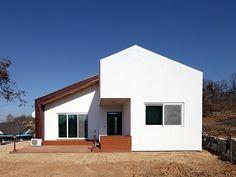건축 시장에서 공업화 공법의 바람이 거세다. 인건비 상승으로 인한 공사기간 단축, 정밀 시공에 의한 하자 절감 등이 요구되면서, 최근 패널라이징이나 모듈러 주택이 주목을 받게 된 것이다. 강화도에 지어진 이 집 역시 공장에서 건축의 절반이 이루어졌다.