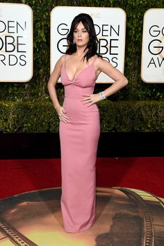 De rosa chicle, ajustada y con un vertiginoso escote que deja imaginar con claridad todas sus curvas en un diseño de Prada. Así fue Katy Perry.