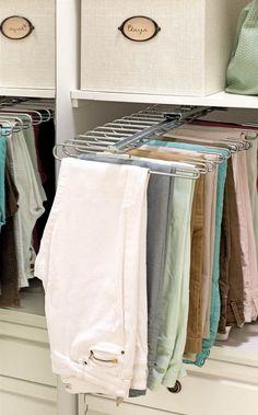 Detalle de armario con pantalonero extraíble y cajas