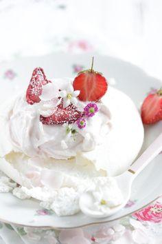 ... strawberry pavlova (vegan) ...