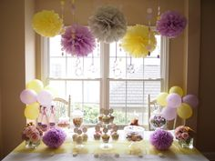 Decoracion Primera comunion lila y amarillo   Popmpones, globos Pastel pom poms