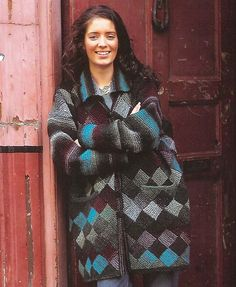 Her får du en skøn jakke og 2 størrelser tæpper i samme opskrift. Prøv entrelac (neverkont) på denne dejlige model, som ikke er svær. Strikket i uld på pinde 5. Læs mere ...