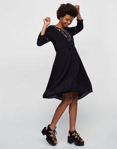 Vestido midi bordado - Vestidos - Ropa - Mujer - PULL&BEAR Colombia