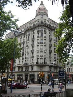 Plaza Cagancha ubicada en el centro de Montevideo sobre la Avda. 18 de Julio