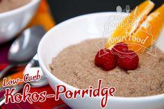 Das Low-Carb Kokos-Porridge ist eine fantastische Frühstücksmahlzeit. Für einen erfrischend-fruchtigen Geschmack wird das Porridge mit Orange und Himbeeren verfeinert. Solltest du morgens wenig Zeit haben, kannst du es auch sehr gut am Vorabend vorbereiten und morgens nur noch aufwärmen oder direkt kalt genießen.