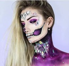 41 Most Jaw-Dropping Halloween Makeup Ideas That Are Still Pretty: Pretty Skull Makeup With Rhinestones / Click though to see more awe inspiring pretty Halloween makeup looks, gorgeous Halloween makeup and Halloween costumes. Halloween Makeup Sugar Skull, Skeleton Makeup, Cool Halloween Makeup, Skull Makeup, Halloween Looks, Eye Makeup, Halloween Costumes, Skeleton Girl, Halloween Ideas
