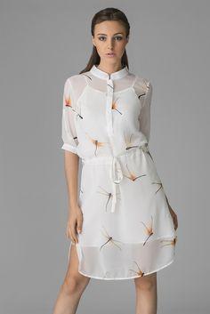 GIVENCHY Платье-рубашка из полупрозрачной ткани. Цвет белый, с рисунком в неярких тонах, есть подкладка. Закругленный низ с боковыми разрезами, застежка на пуговицы, воротник-стойка, короткие рукава с манжетами. На талии кулиска с завязками.