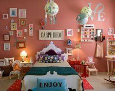 Quarto feminino com parede rosa coral / chá