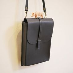We use this bag shaping techniques, After the front and back panels sewn, giving rise to a three-dimensional side! Also to bag bulging ~ good ne. Shoulder Bags, Take That, Handmade, Hand Made, Shoulder Bag, Handarbeit