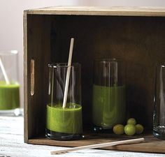 Green Smoothies are packed with fiber, protein and other essential nutrients. Try these easy tips to make vegetable healthy breakfast smoothies. Vitamix Green Smoothie, Smoothie Legume, Green Smoothie Recipes, Yummy Smoothies, Juice Smoothie, Smoothie Drinks, Avocado Smoothie, Breakfast Smoothies, Vitamix Recipes