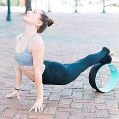 The best way to stretch. #DharmaYogaWheel . . . Check @bethanysmithyoga featured on her #DYW #Basic #YogaWheel #yogablocks
