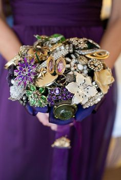 Learn how to make a brooch bouquet for your wedding! This DIY brooch bouquet features vintage brooches, jewels, and ribbon for a beautiful Costume Jewelry Crafts, Vintage Jewelry Crafts, Old Jewelry, Vintage Costume Jewelry, Vintage Costumes, Jewelry Art, Jewlery, Recycled Jewelry, Jewelry Ideas