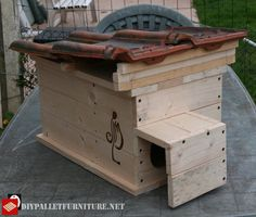Jie Ailem has created this cat house made with pallets, as you can see it is designed for exteriors and therefore has a double wall at the entrance, so it Pallet Furniture Tutorial, Pallet House, House Made, Storage Chest, Entrance, Pallets, Jacket, Design, Home Decor